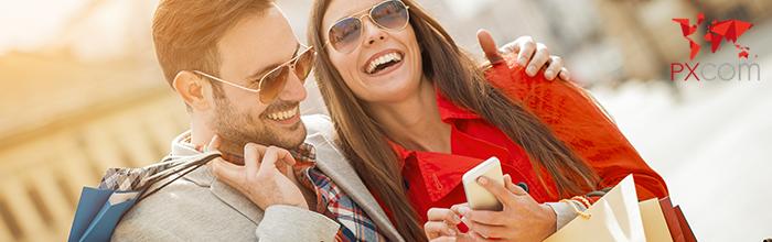 turistas buscando tiendas en turismo de compras